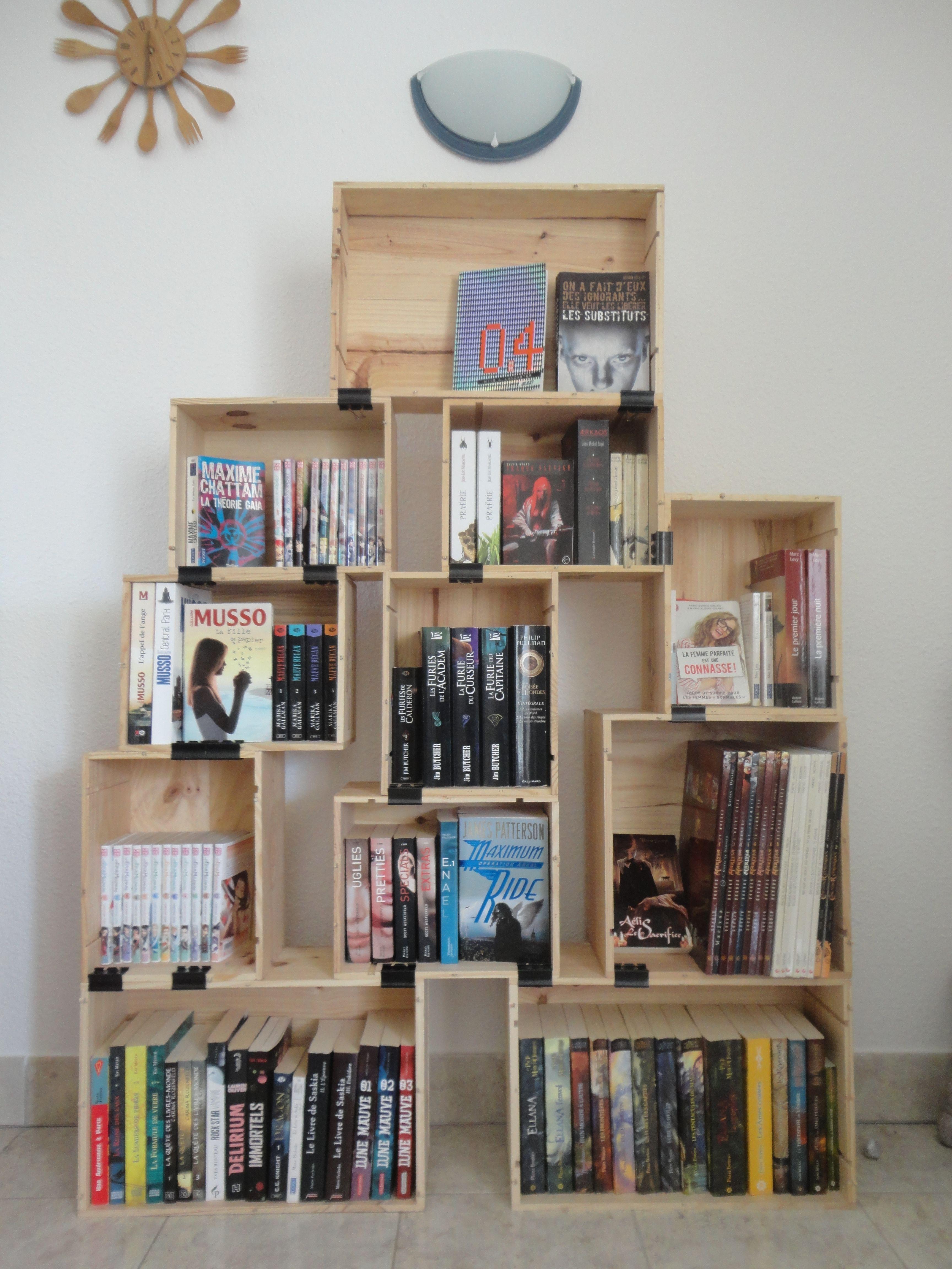 voici ma bibliotheque diy faite avec des caisses de vin en bois et des pinces de bureau deco caisse de vin caisse a vin meubles en caisse