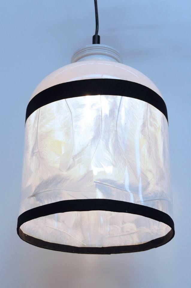 luminaire plume et f t de bi re au rebut par atelier d 39 co solidaire r cup 39 cr ative pinterest. Black Bedroom Furniture Sets. Home Design Ideas