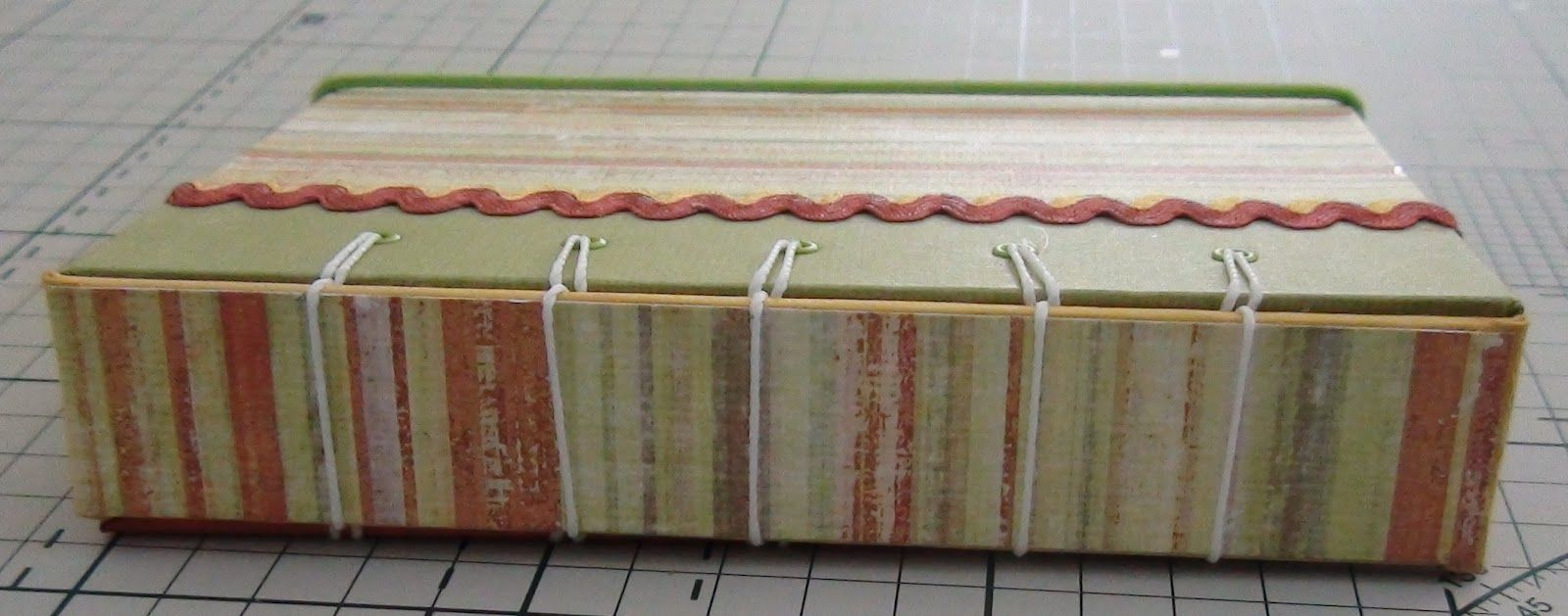 Caderno com costura exposta