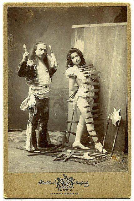 A mulher e o atirador de facas