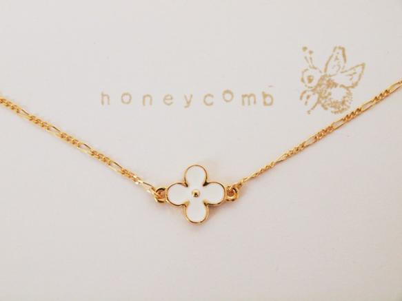 ホワイトゴールドの4弁花のフラワーモチーフがついた上品で、可愛らしいネックレスです。 サイズ調整も(4cm)でき、スワロフスキービーズもついています。 ★フラ...|ハンドメイド、手作り、手仕事品の通販・販売・購入ならCreema。