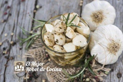 Ajos confitados y aromatizados con romero y diferentes tipos de pimientas.