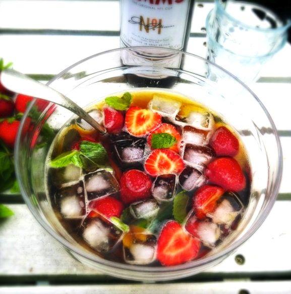 Heerlijk en snel recept voor Pimm's cocktail maken. Dit alcoholische gin drankje….. In 10 minuten een heerlijke verfrissende cocktail. Schenk de limonade en