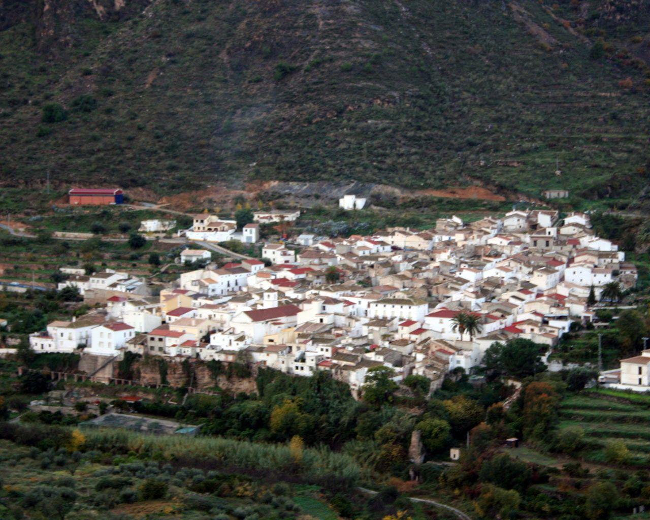 """#Almería - #Cóbdar / 37º 15' 51"""" -2º 12' 14"""" / 37.264167, -2.203889 /    Pintoresco pueblo enclavado en la sierra de Filabres, al pie de una rica piedra de mármol blanco y luminoso. En el valle, entre montañas, con entrañas que hacen pensar en un prometedor futuro; blanco, radiante y llamativo en el desnudo conjunto de la sierra con más historia de Almería. Fuente: www.cobdar.es ."""