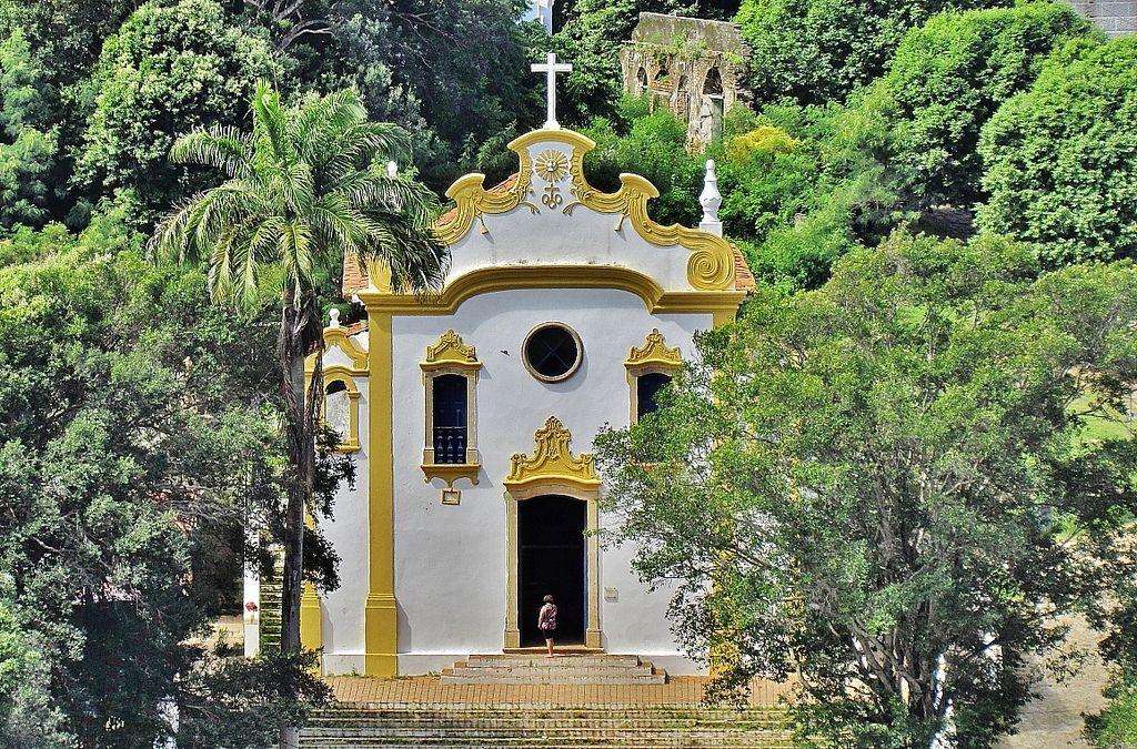 https://flic.kr/p/fPbpTt   Igreja N. Senhora dos Remédios - F. Noronha - 1772   A Igreja de Nossa Senhora dos Remédios localiza-se na Vila dos Remédios, na ilha de Fernando de Noronha, no estado de Pernambuco, no Brasil. Constitui-se no principal templo católico do arquipélago.O templo foi iniciado em 1737, assim como a Fortaleza dos Remédios, mas apenas foi concluído em 1772, data que ostenta em sua fachada, sendo-lhe acrescidos os ornamentos e paramentos a partir de então, processo que…