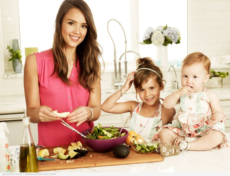 Jessica Alba lookin stunning as per usual in the kitchen with her kids!
