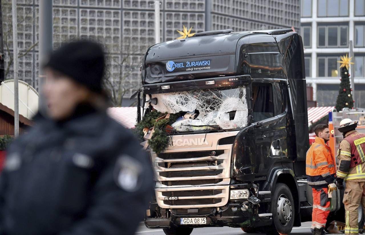 Doce personas murieron arrolladas por un camión en un mercadillo de Berlín. Según varios medios, el conductor es un refugiado paquistaní.
