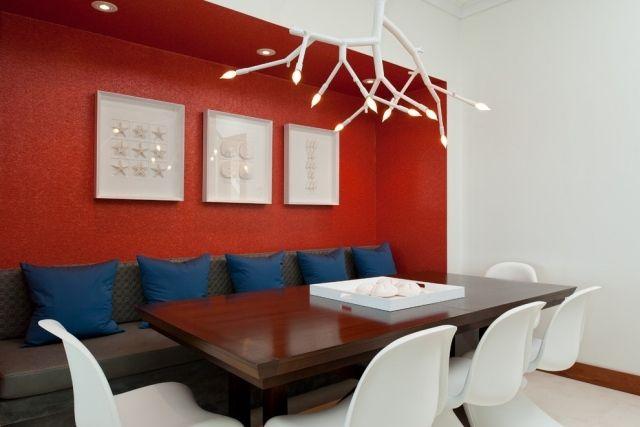 Ideen Einrichtung Esszimmer Rote Wand Weiße Stühle Sitzbank