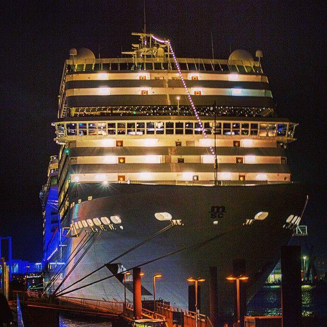 #hamburg #Hafen #portofhamburg #CruiseCenter #Altona #lights #picoftheday #photooftheday #bestoftheday