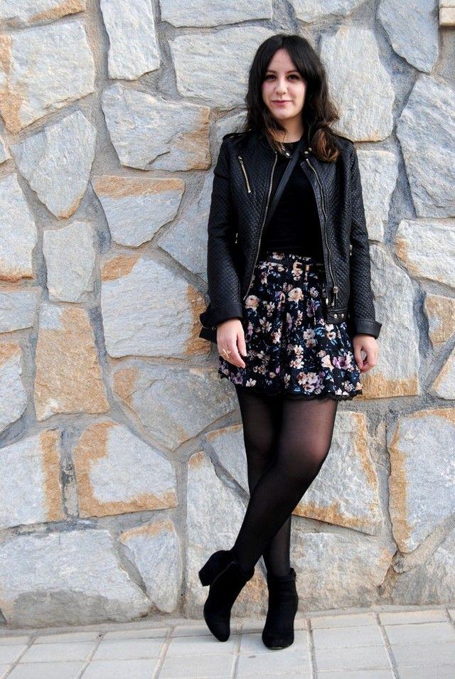 Outfit con vestido negro y botines