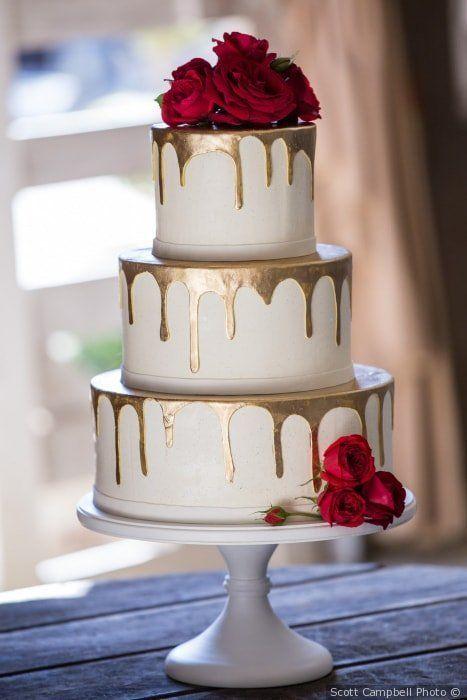 Hochzeitstorte  rote Rose Dekor  Gold Tropf Akzent  Hochzeitstorte Inspiration {…