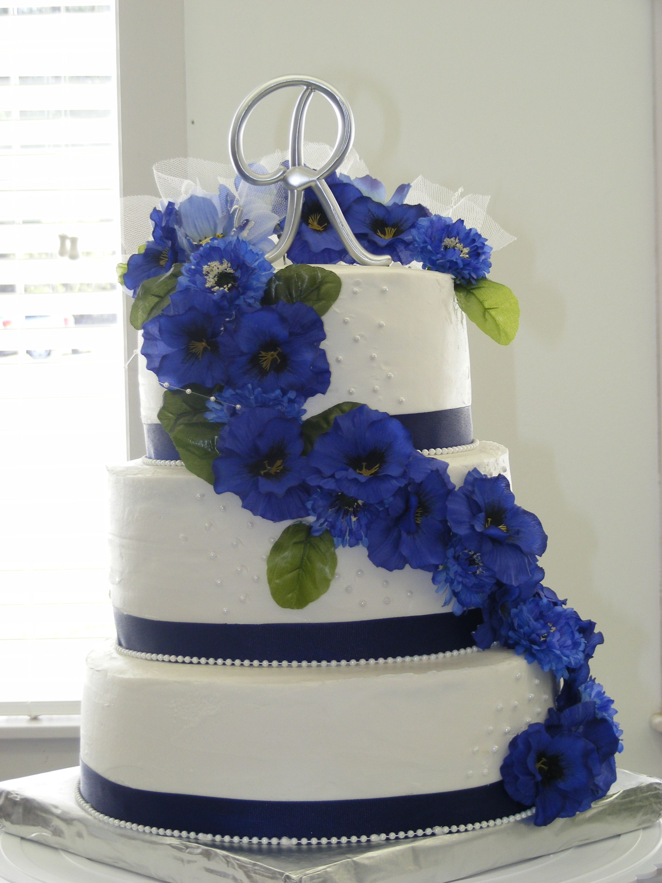 White wedding cake with blue flowers and fountain gteau white wedding cake with blue flowers and fountain izmirmasajfo