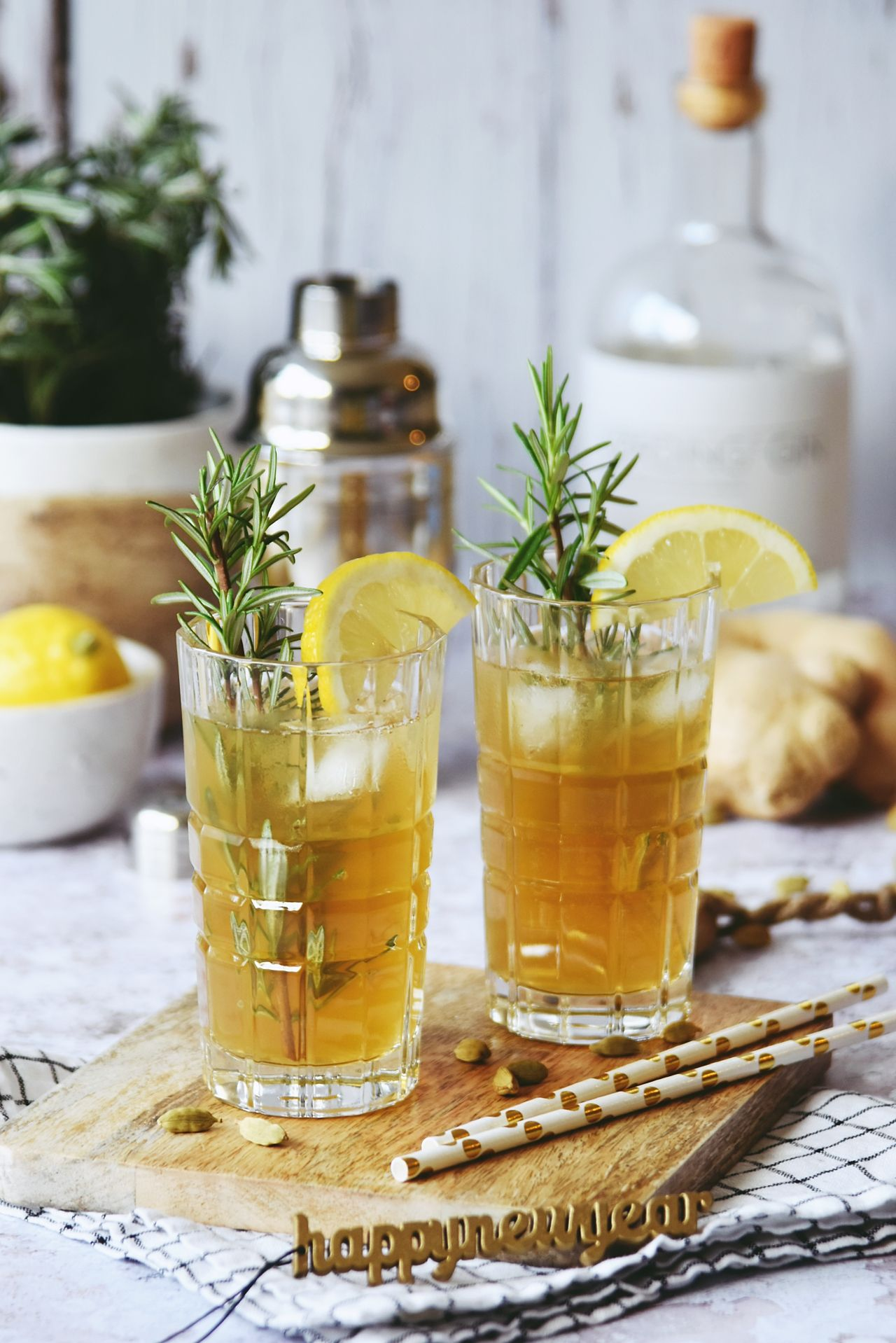 Rezept für Gin Cocktail mit Rosmarin, Ingwer & Kardamom Sirup #gincocktailrecipes