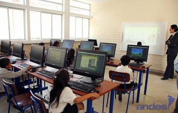 Ecuador. Unidad Educativa del Milenio, Guaranda. Laboratorio de ...