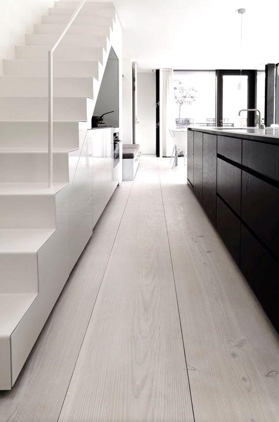 Scandinavian Kitchen With Wide Plank Dinesen Floor Treppe Weiss Minimalistische Kuche Kuchenboden