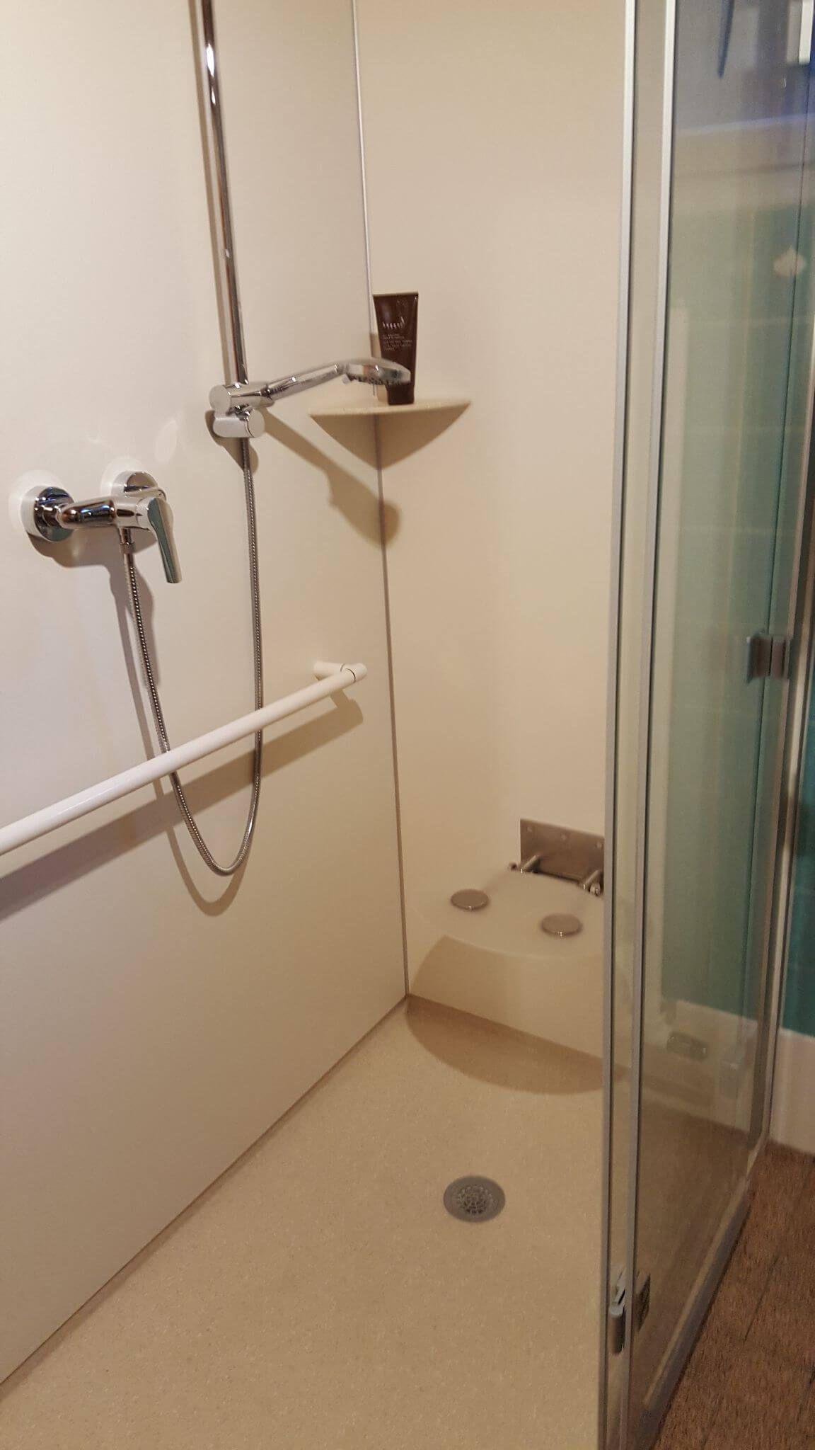 Barrierefreie Dusche In 24 Stunden Bei Familie Schaffert Duschsitz Alte Badewanne Dusche