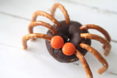 easy mini donut spiders - easy Halloween treat kids can make - spiders for halloween decorations