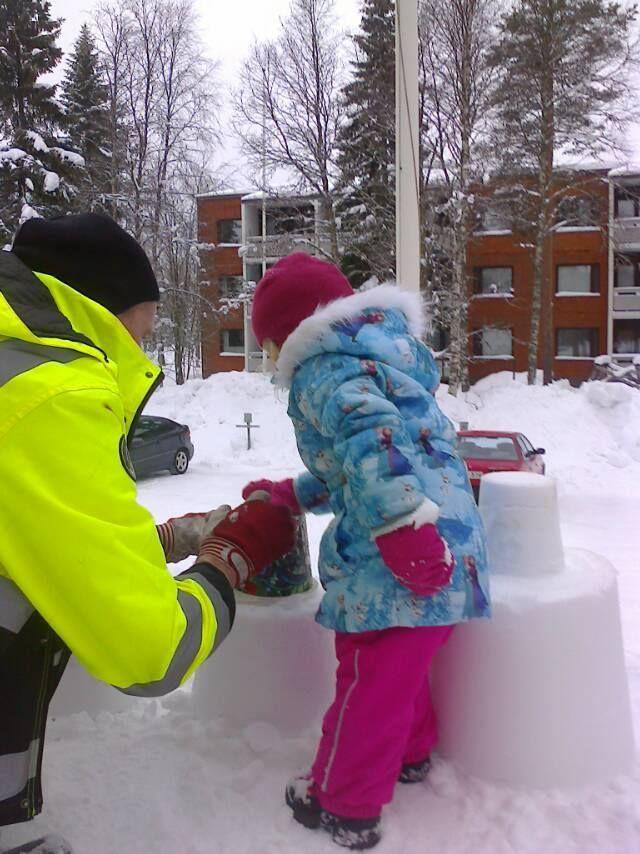 Antti auttaa uutta lumirakentajapolvea!