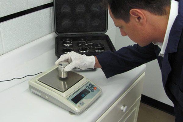 Diferencias entre verificación y calibración de Balanzas:  Explicamos cómo diferenciar entre las operaciones de verificación y calibración de balanzas para cumplir con los requisitos legales y asegurar su buen funcionamiento.
