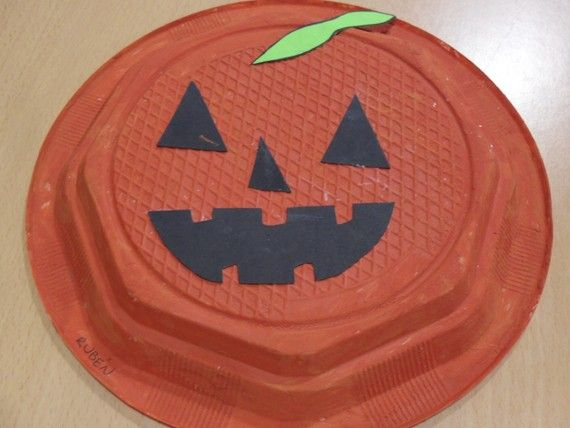 Calabazas con platos de plstico para Halloween
