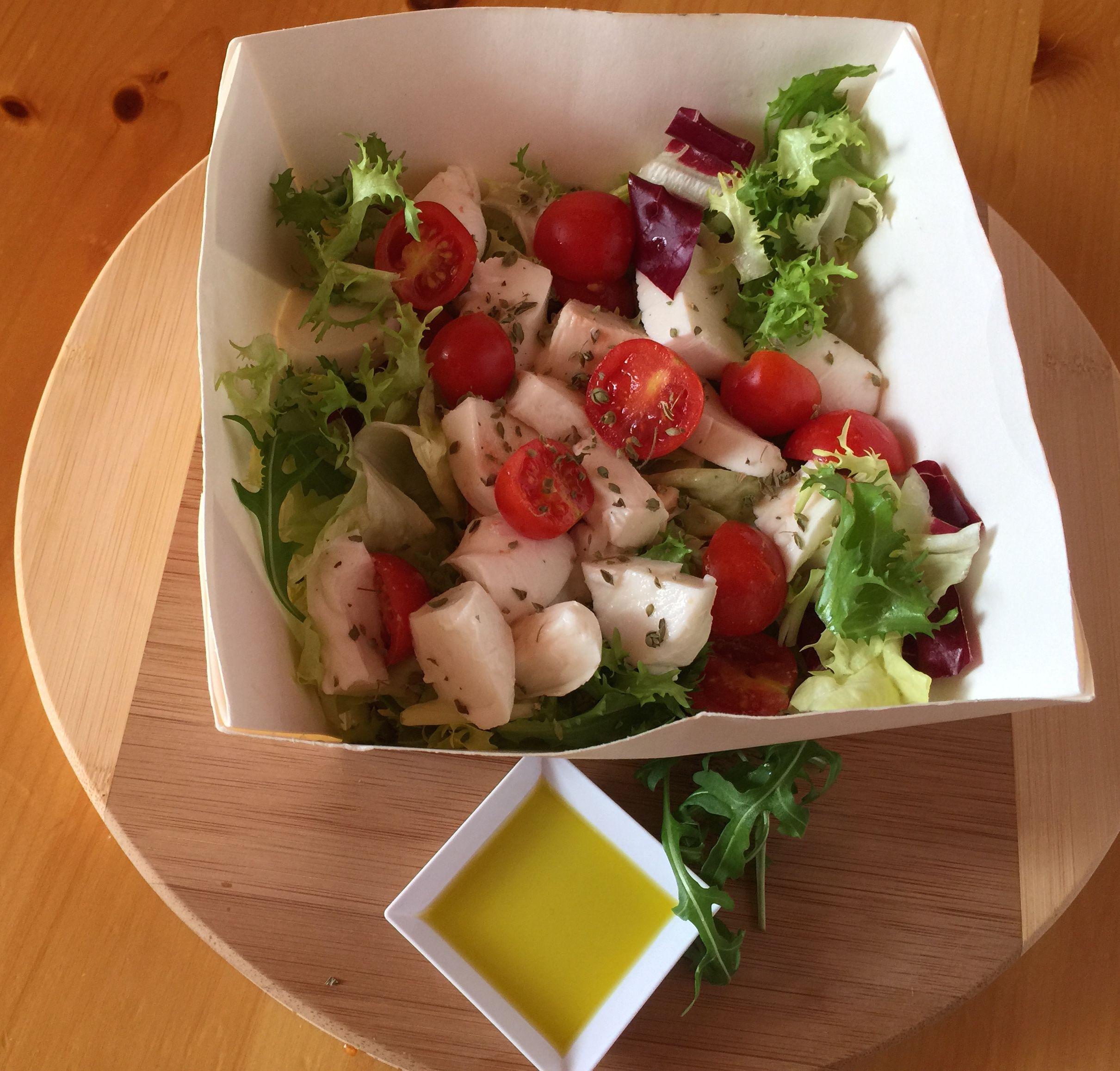 Insalata n. 41 Agatha   insalata mista, mozzarelline, mais, olive verdi, pomodori pachino, origano
