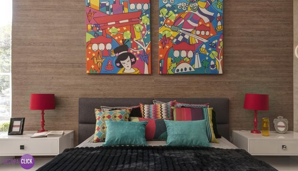 Hoje é dia de QUARTO DE CASAL!  Estilo é o que define esse quarto, os quadros com figuras orientais e super coloridos dão um toque moderno ao ambiente. Os abajures vermelhos criam um contraste lindo com a parede de madeira ao fundo.  #japanart #criatividade #inspiracao #DecoraClick #quartodecasal #abajur #estilo #architecturelovers #designart  Projeto: Adriana Fontana.