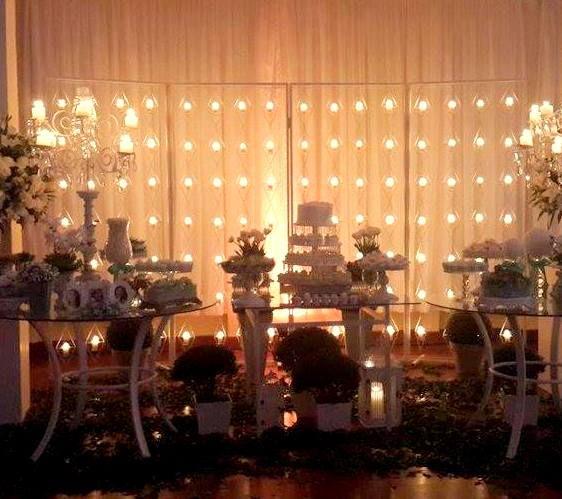 decoração mesa de bolo com painel de velas