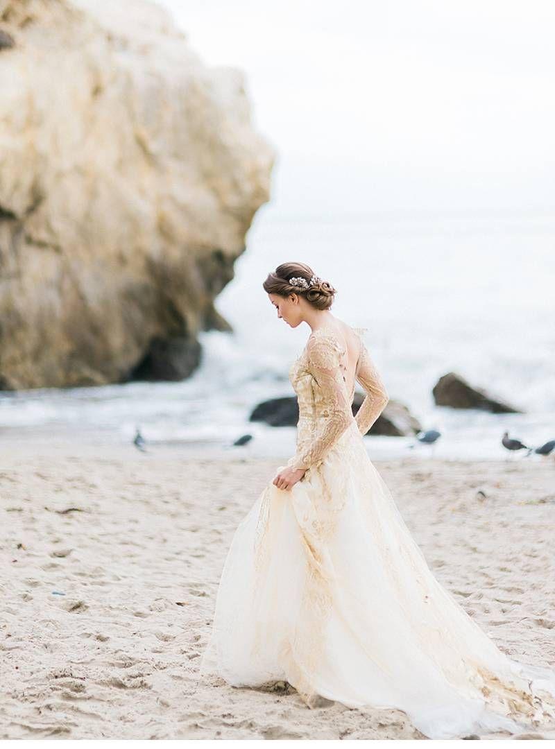 Beach wedding looks for bride  Göttin der Meere  inspirierendes Strandshooting  Bridal shoot