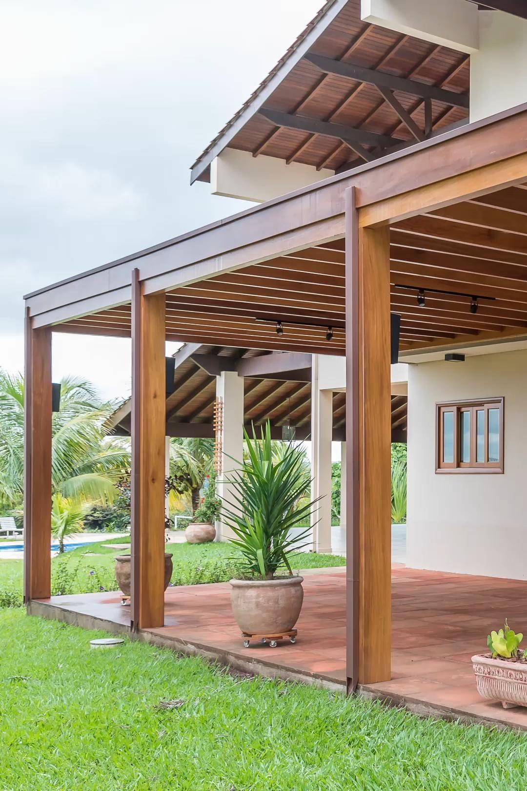 Photo of Uma varanda imponete. Pergolado de madeira com forro de palha natural.