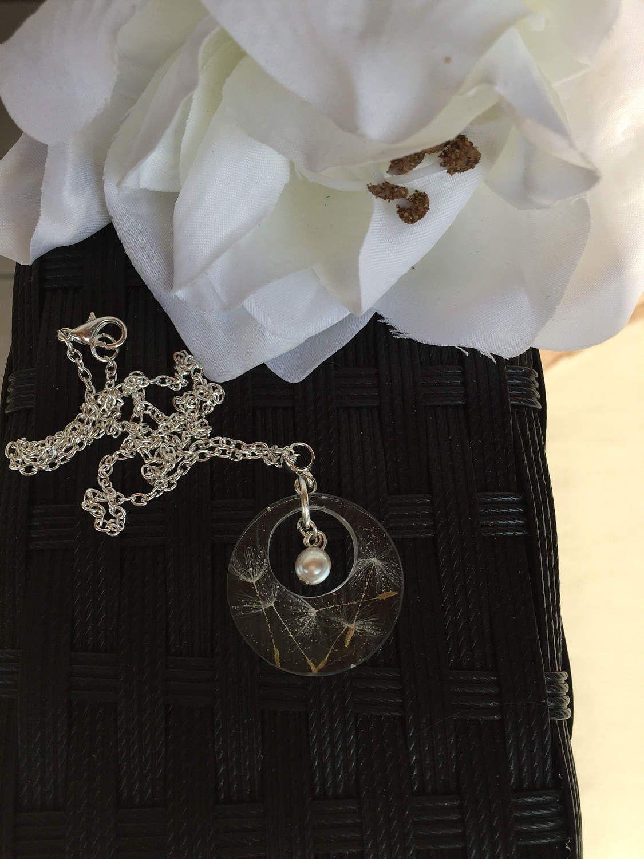 Pusteblumen Harz Kette mit Perle auch ein  tolles Ostergeschenk       ZeitlosSchmuckDesign von ZeitlosSchmuckDesign auf Etsy https://www.etsy.com/de/listing/509051674/pusteblumen-harz-kette-mit-perle-auch