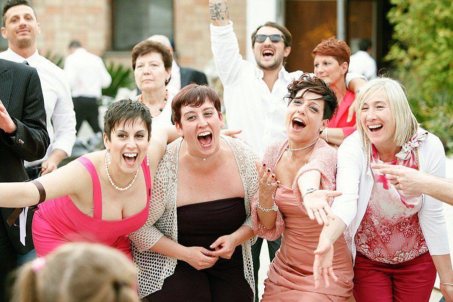 Le amiche della sposa in un matrimonio divertente e informale   Bride's best friends during informal wedding party, candid moment
