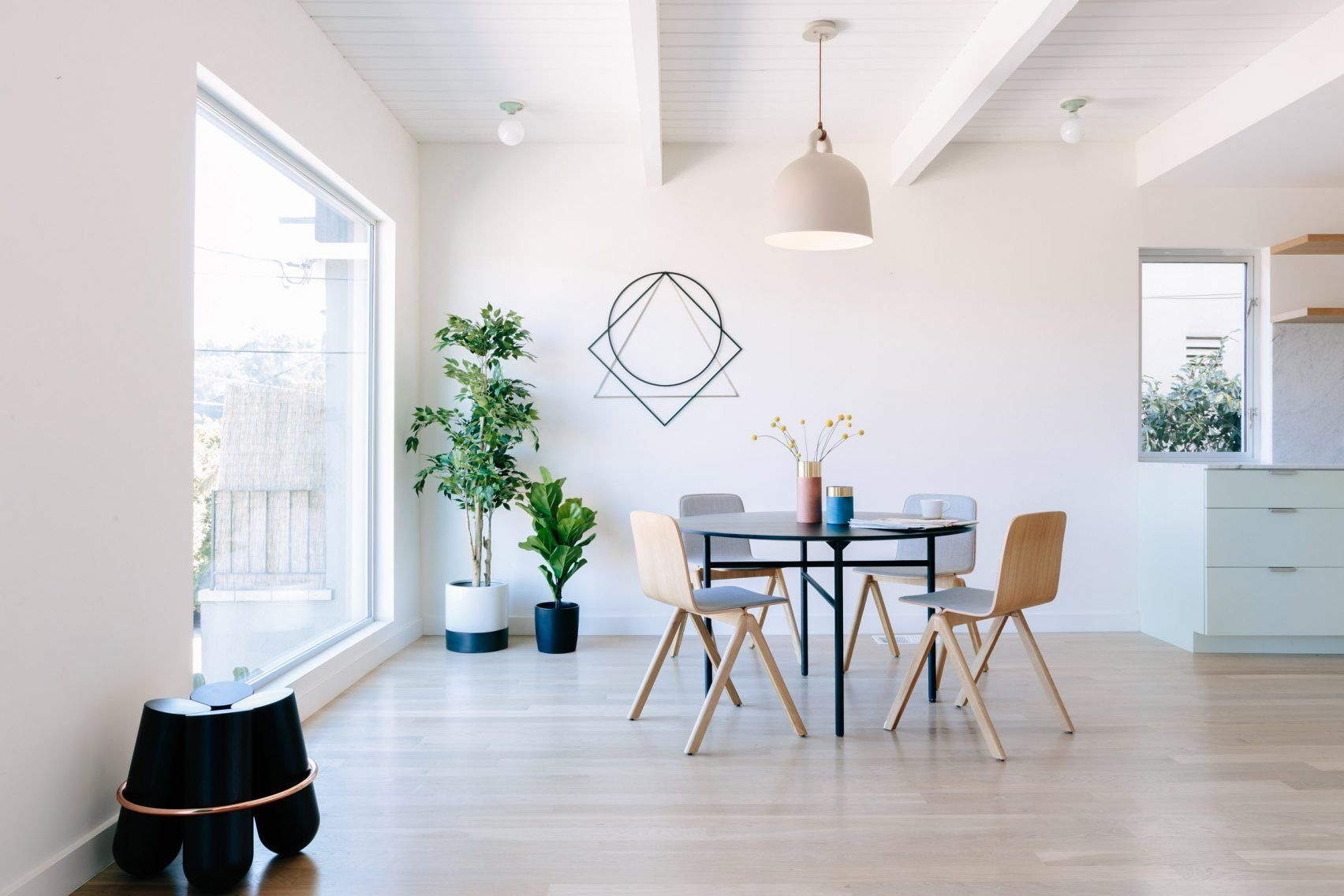 L vormige wonkamer met scandinavische eethoek en mintgroene keuken