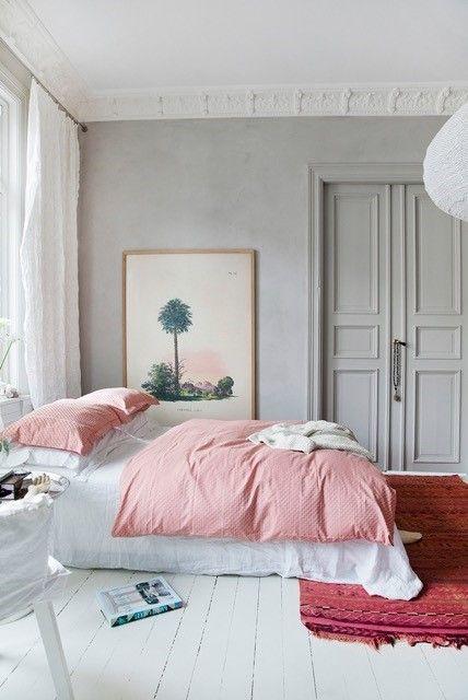 Weiße Dielen, Hellgraue Wand, Farbige Textilien In Rot Und Rosa ( Schlafzimmer)