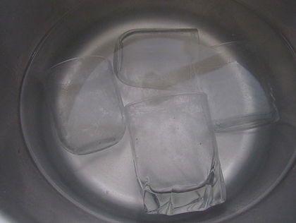 verre qui trempe eau et vianigre