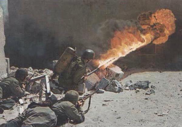 Parachutistes allemand avec un lance flamme en Crète 1941