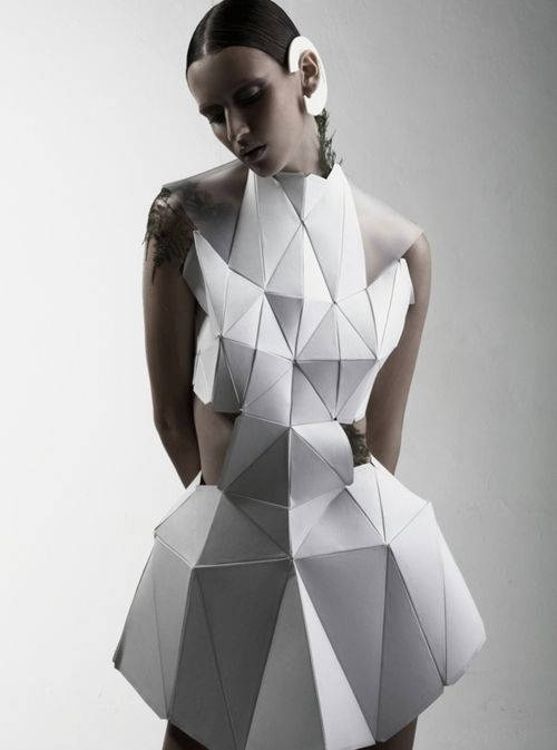 Geometric Fashion White Dress With Faceted 3d Structure Using Connecting Triangle Shapes Experiment Geometric Fashion Structured Fashion Sculptural Fashion