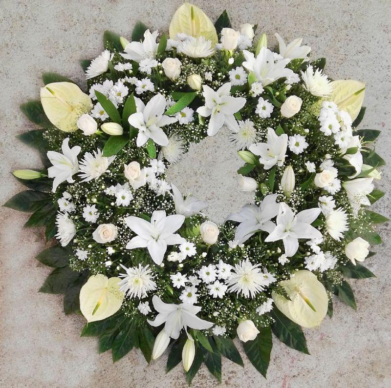 Corona De Flores Para Difuntos Blanca Al Tanatorio Arreglos Florales Funerarios Flores Funerarias Floristería