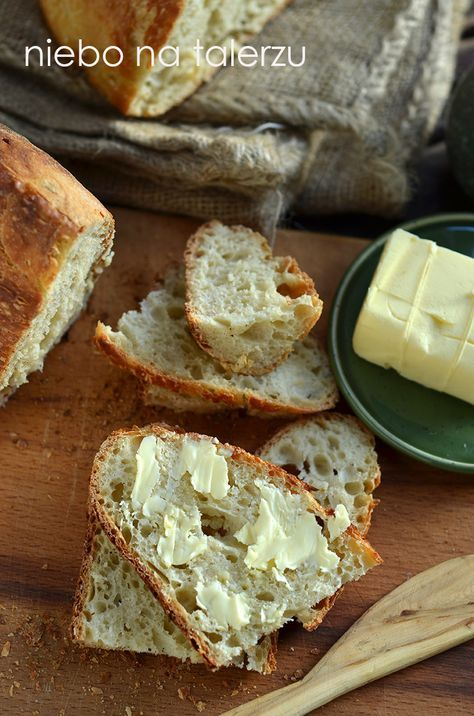 Chleb z poniższego przepisu nie wymaga zagniatania, można wymieszać składniki ręką lub łyżką. Miesza się je na przykład wieczorem a rano p...