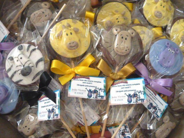 Pirulitos de Chocolate * Safari/Madagascar <br>Pirulito de chocolate ao leite, branco ou meio amargo Garoto com arte em pasta americana (Safari / Madagascar), embalado em saquinho celofane, fita de cetim e tag personalizada.