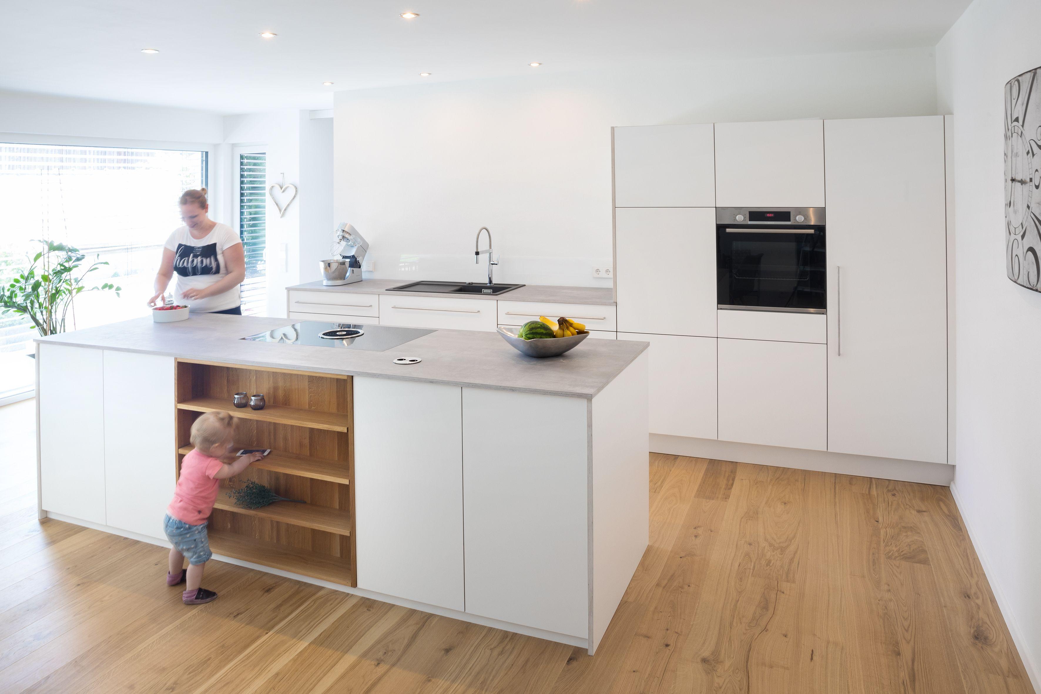 Offenes Küchenkonzept mit Kochinsel als zentraler Raum für die