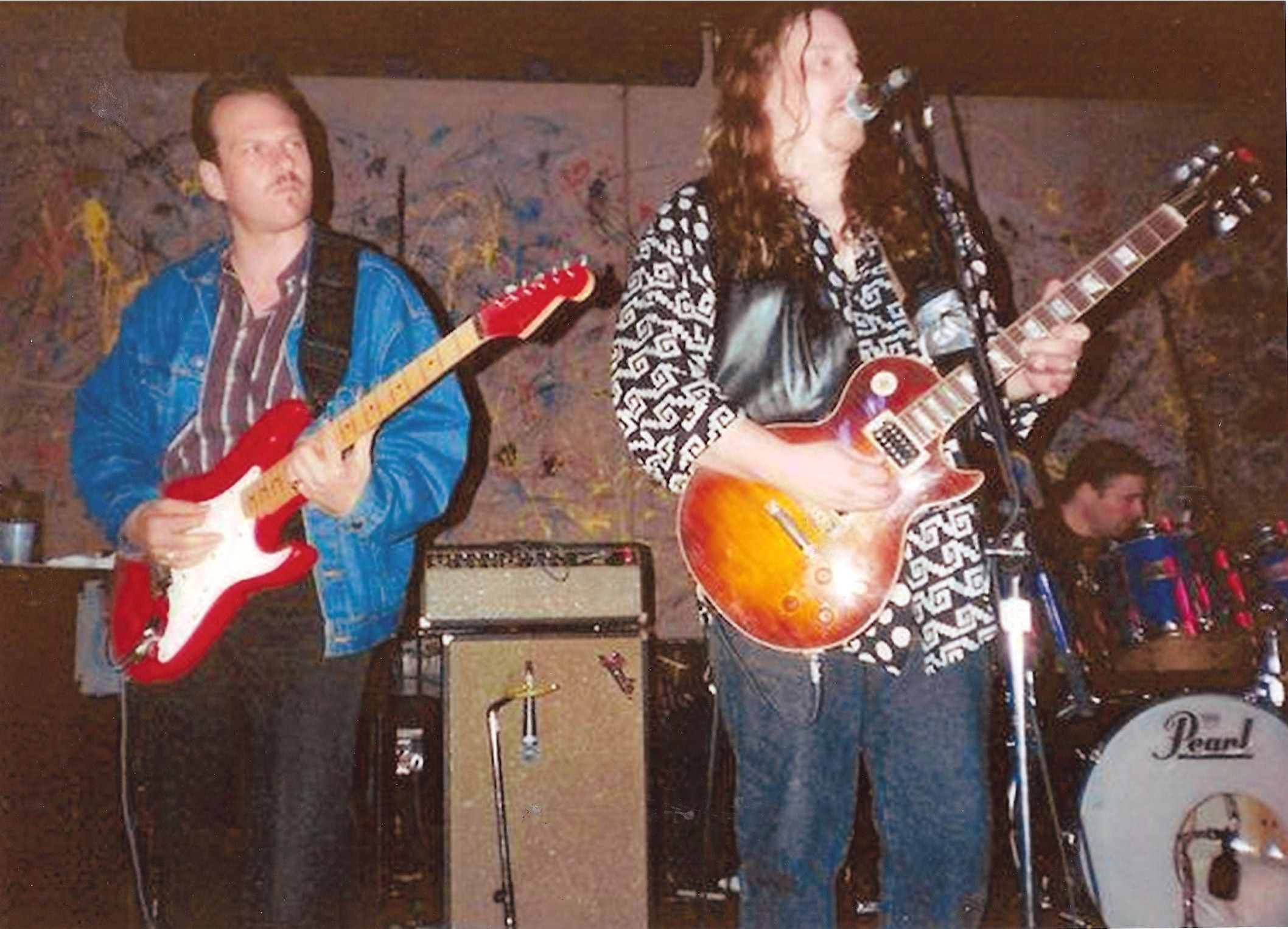"6/20/93 Nightstage Cambridge MA (Warren Haynes Band) Ronnie sat in on the Encore: ""Yonder Wall. "" Thank you to Sheila Doherty for the picture and to photographer Sue Sanderson!"