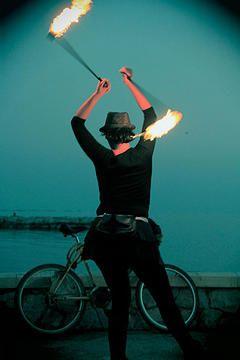 La niña planta. Fotografía mujer haciendo malabares con fuego. Málaga.