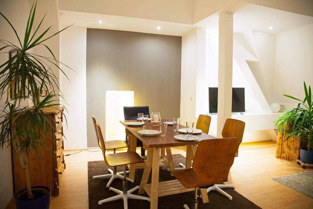 Ein Sehr Stilvoll Eingerichtetes Esszimmer! Schicke Stühle Stehen Rund Um  Den Designer Esstisch.