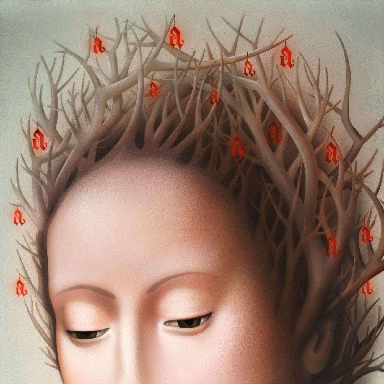 Una vez más Nani Serrano, en sus diálogos iconográficos con la pintura antigua muestra predilección por aquellos lenguajes en los que primó el refinamiento preciosista y la elegancia formal. Es el caso del periodo renacentista en Flandes, eligiendo en esta ocasión un cuadro homónimo de Petrus Christus, dándole otra vuelta de tuerca a la alegoría del árbol de la ciencia, marchito tras el pecado original (...)