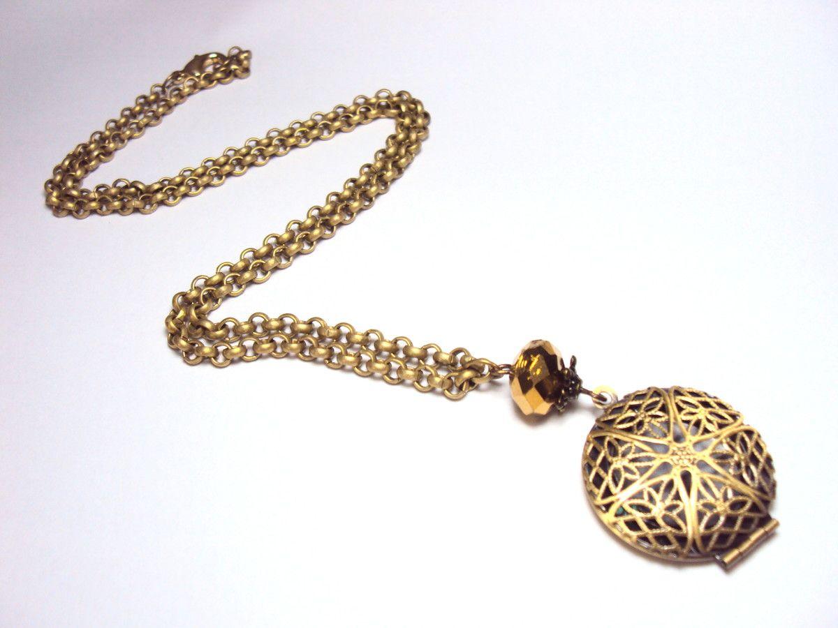 ac4466a8300 Colar estilo vintage em corrente ouro antigo com pingente relicario em  formato redondo com detalhes vazados