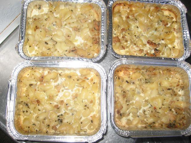 Kana-makaronilaatikko Annoksesta tuli 6 pinetä laatikkoa laitettavaksi pakkaseen. Reseptin takana on Kotikokki.netin nimimerkki Mustikka