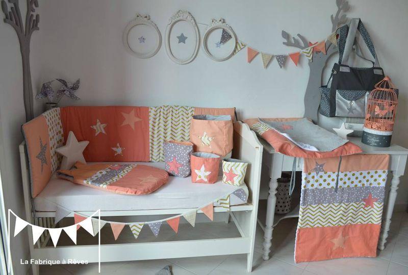 Décoration chambre bébé fille et linge de lit corail, abricot