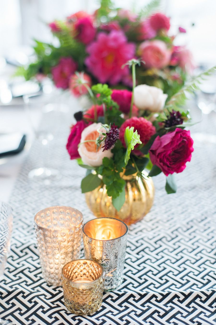 Modern wedding centerpiece and votives #gold Photography: Leila Brewster - leilabrewsterphotography.com
