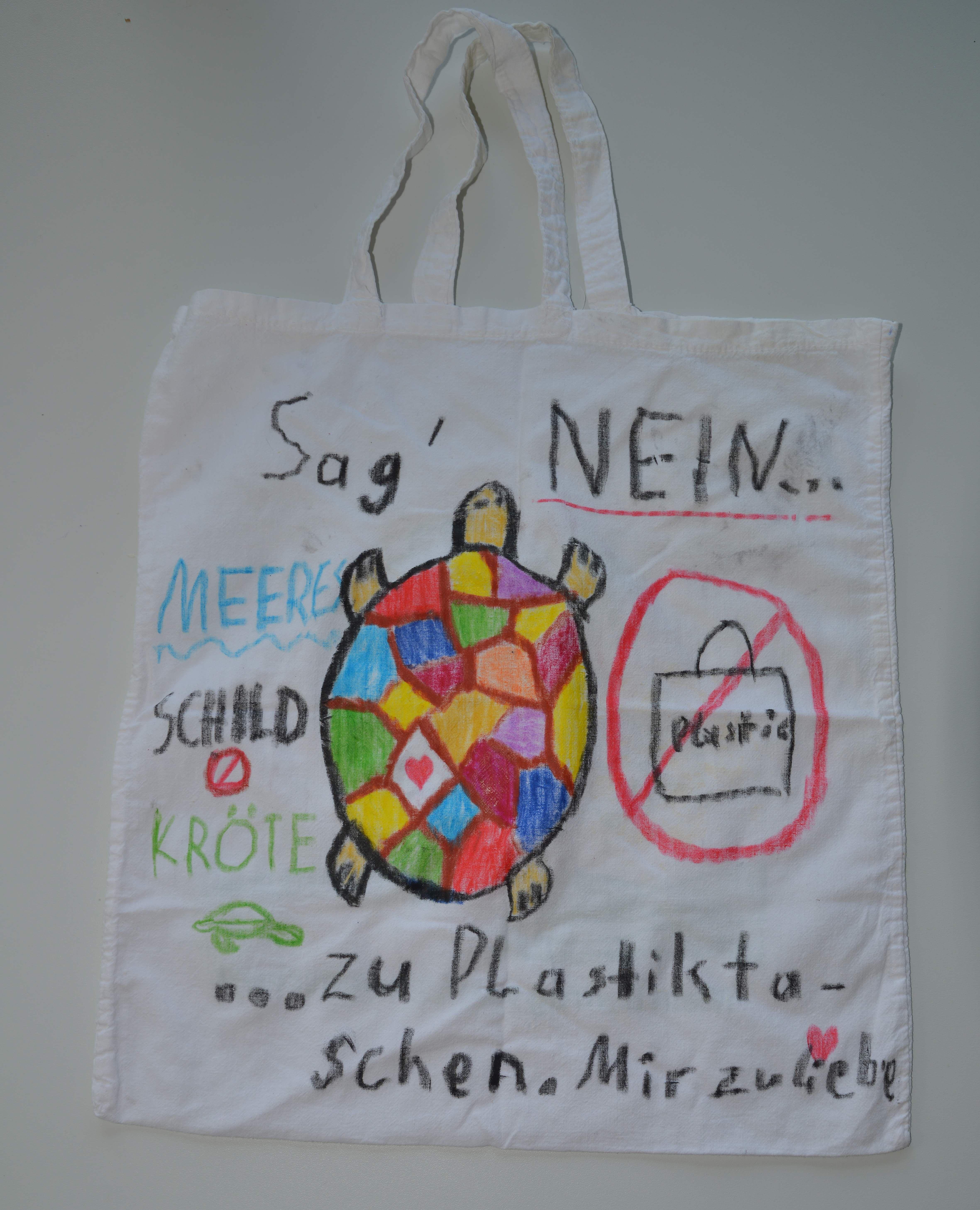 Stofftaschen statt Plastiktüten - zum Schutz der Meeresschildkröten.  Bild (c) AGA/Matthias-Alexander Braun