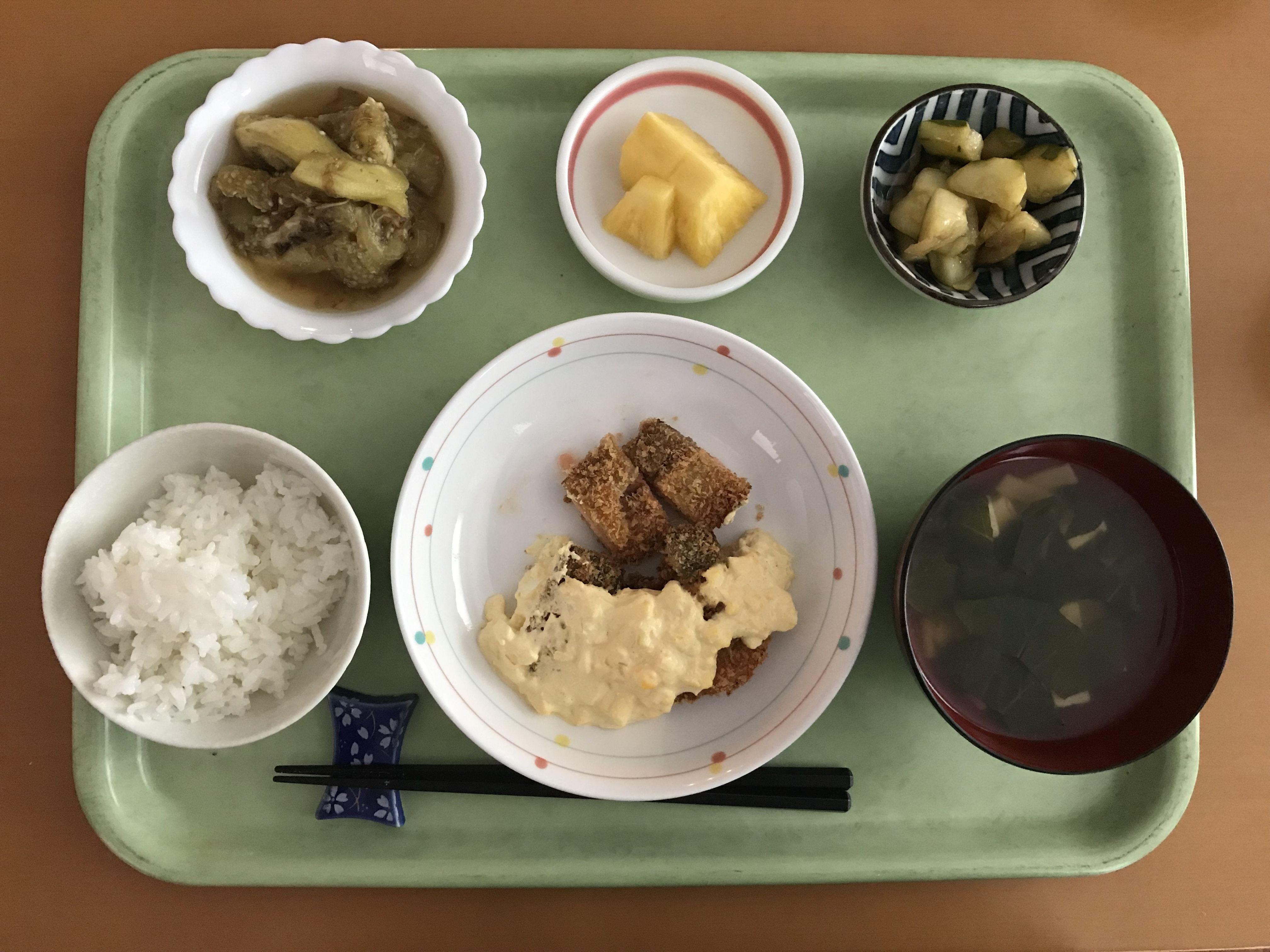 鮭のフライタルタルソース、茄子のおかか煮、たたき胡瓜、小松菜のスープ、パイナップルでした!鮭のフライタルタルソースが特に美味しかったです!605カロリーです